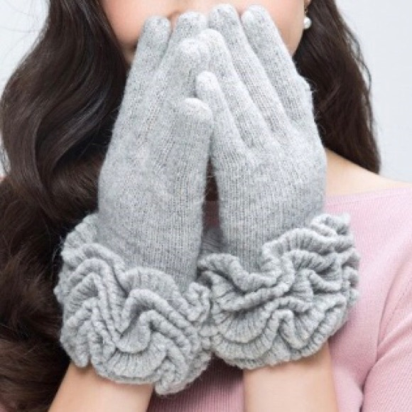 Gray Wool Ruffled Gloves